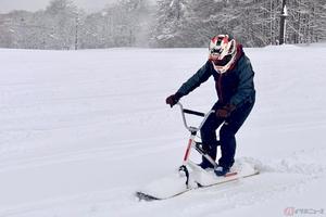 ハンドルを握って雪上を滑走する「スノーモト」 まるでオフロードバイクのような楽しさをゲレンデで体験!!