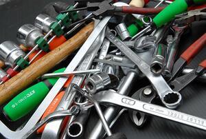 転ばぬ先の工具! メンテフリーのいまでも最低限クルマに揃えておくべき工具とは