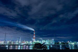 幻想的に輝く工場は魅力的! ナイトツーリングで工場夜景はいかが?