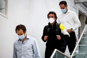 来季F1復帰のフェルナンド・アロンソ、ルノーのファクトリーを訪問「特別な1日だった」|F1ニュース