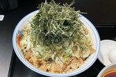 羽田空港に進出「メルセデスの肉そば」食べてみた ベンツの展示場にそば店、狙いは?