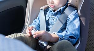 炎天下で車内に残された子どもは何分で危険レベルに達する?
