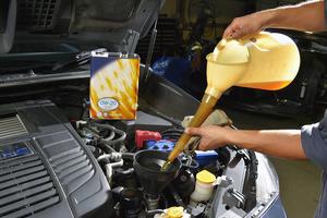 エンジンオイルの交換時期は? 交換費用やおすすめの交換方法を紹介!
