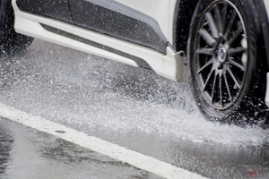 「バシャー」雨天時の車の「水はね」 運転時に歩行者へ水をかけたら違反になる?
