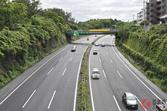 真ん中車線だけ広い!高速道路の車線の幅が25cm刻みで違うのはなぜ? 東名&名神は特別