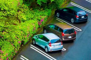 「前向き駐車で」と言われても… 根強い「バック駐車派」 停めやすいのはどっち?