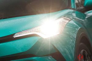 「オートハイビーム」で眩しすぎるライト増加!? 自動切り替えで問題多発?