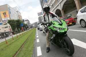 街乗りはさすがに厳しい!? 250ccスーパースポーツ カワサキ「ニンジャZX-25R」で市街地を走ってみた!