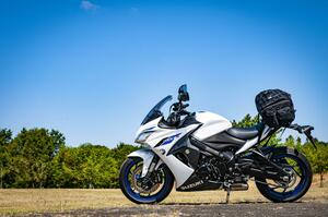 スズキの大型バイク『GSX-S1000F』の唯一の弱点? ツーリングバッグの荷物積載を考える!【SUZUKI GSX-S1000F/積載インプレ 前編】