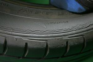 交換すべき? まだ使える? タイヤに入っていても「イイひび」「ダメなひび」