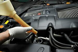 「高い方のオイルにします?」 ディーラーで勧められる「上のクラス」のエンジンオイルを入れる意味はあるのか