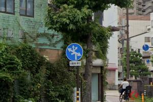パッと見では理解不可能? 「6つの方向に道路あるけど…進めるのはどっち?」 複雑怪奇な標識の意味とは