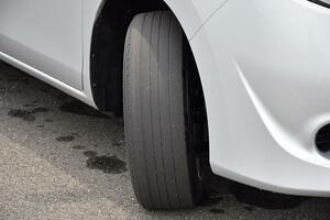 安全は「お金」で買える! 梅雨入り前に確認したい「交換すべき」タイヤ溝残量とは