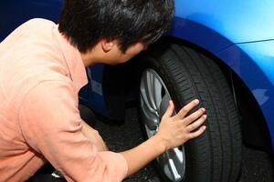 残溝1.6mmはかなり危険! タイヤメーカーももっと早い交換を推奨するのにスリップサインが「1.6mm」に設定されている謎