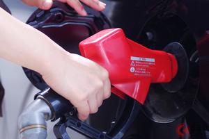 「抵抗ある?」 車の給油、セルフ式で「不安」も… 注意すべきNG行為とは