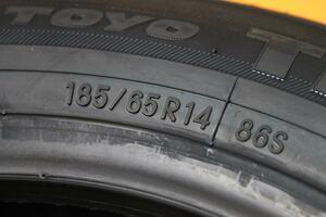 そこまで速度の出ないクルマに210km/hのタイヤを装着! なぜ純正で「オーバースペック」のタイヤを履くのか?