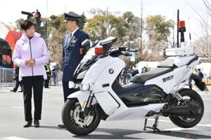箱根駅伝のTV中継で見たBMWの電動バイク ~木下隆之の、またがっちゃいましたVol.80~