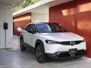 マツダ初の量産電気自動車「MX−30 EVモデル」を発売。PHEVやロータリーなど、今後のマツダの活動にも言及