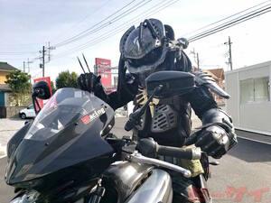 地球外生命体「プレデター」の頭の先から服装まで、バイク用品で再現しちゃった人がいた!