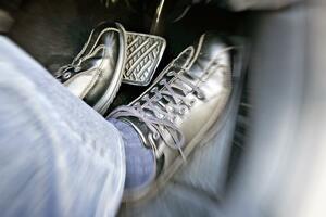 「踏み間違え事故」防止になるといわれる「左足ブレーキ」! レーシングドライバーが伝える「カート」での習得方法