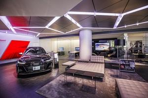 Audiの最新ショールームでクルマ以上に輝いていた大人な雰囲気の美女発見!