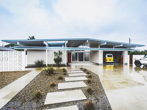 VW タイプIIが収められた、アメリカの西海岸を思わせる海沿いのガレージハウス【EDGE HOUSE】