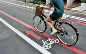 自転車利用車が車道を走ると危ないと思う理由TOP3、3位自動車のスピードが速い、2位後ろから来る自動車が見えにくい、1位は?