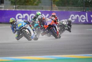 【不沈艦】雨のレースで目立つ! MotoGP『チーム・スズキ・エクスター』のGSX-RRとライダー2人がタフすぎです!?【100%スズキ贔屓のバイクレース(7)/モトGP】