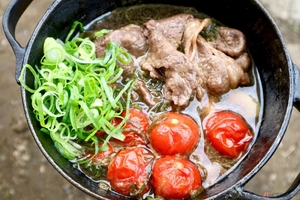 キャンプツーリングで簡単調理 ミニサイズのダッチオーブンで作る「トマトすき焼き」