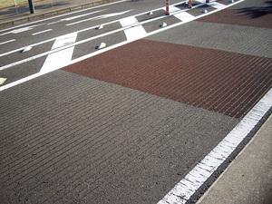 道路上の縦や横のミゾは何のため? 正直バイクで「ミゾ付き」道路を走るのは怖いのだ!!