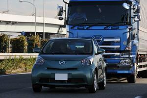 大型トラックが「遅い」のにはワケがある! 乗用車の「割り込み」がドライバーを悩ませるワケ