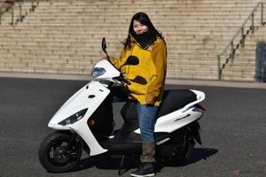 『小野木里奈の○○○○○日和』は、女性でも手軽に扱えるヤマハの原二スクーター「アクシスZ」に試乗します!
