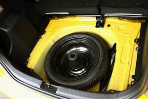 燃費向上に安全面でも有効! 最近のクルマが「スペアタイヤ」を積まないワケ