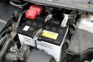 バッテリー交換時やジャンプ時に出ることがある火花! いかにも危険にみえるが引火や故障の心配は?