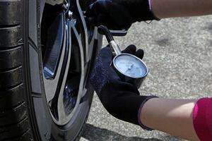 【くるま問答】自分でもできる! タイヤ空気圧を適正に保って安全運転する方法