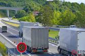 高速道路で右車線を走るトラックがいるのはなぜ? ゆっくり追い越しするのには理由があった