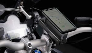 走行中はスマホホルダー、停車中はヘルメットロックとして使えるGood Gearの便利グッズ「HP LOCK」