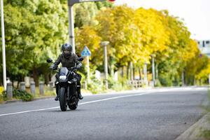 大型バイクなのに、カタナって意外とフットワークが軽い?【新米編集部員の新型KATANA体験レポート(2)街乗り編】