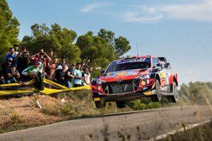 エバンスとヌービルが首位争いを展開。初日は0.7秒差でヒュンダイに軍配/WRCスペイン