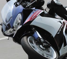 ホンダ「VFR800F」のツーリング性能を解説! 伝統のV型4気筒エンジンを搭載したスポーツツアラー