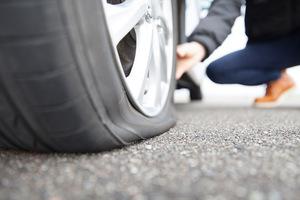4台に1台はパンクの危険性あり! タイヤトラブルに合わないようにする方法は?