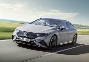 メルセデスがEクラスに相当する電気自動車「EQE」を公開。広い室内やクーペ風デザインに注目