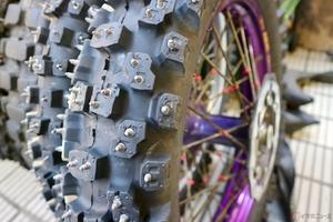 氷の上で威力を発揮するバイク用スパイクタイヤ 雪国で働くバイクのみならず遊び用途も!?