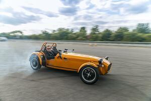 パワーアップして軽くなって軽自動車のケータハムが帰ってきた! 志向の異なる2タイプをラインアップしてセブン170販売開始