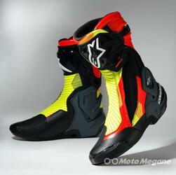 アルパインスターズの最新レーシングブーツ「SMX PLUS V2」の魅力を解説! 派手目なブーツとジーンズの組み合わせが流行中?