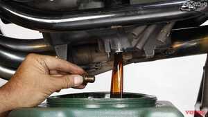 エンジンオイル交換は暖機後が必須。フィルター交換は手締めで〈不動中古車復活プロジェクト〉
