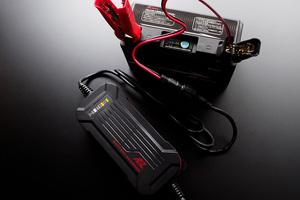 約50分の充電で回復!バイク用リチウムイオンバッテリーに欠かせないAZ Batteryの専用充電器「ACH-200」