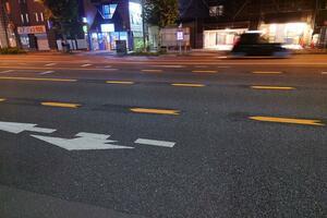 突如登場した謎の「車線」! 「黄色い破線」は踏んだり跨いだりしたら「違反」?