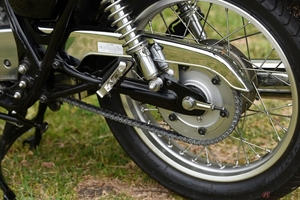 クルマにはないのに…バイクの駆動に何故チェーンが必要なの?