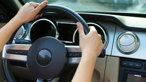 貴方は経験ある?左ハンドル車の運転が難しく感じる理由